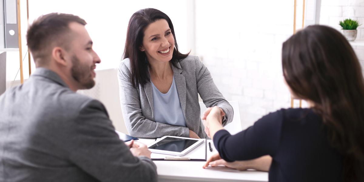corredor de seguros hablando con clientes
