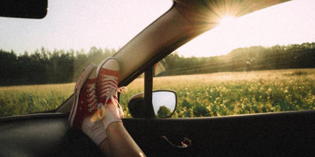persona viajando en coche